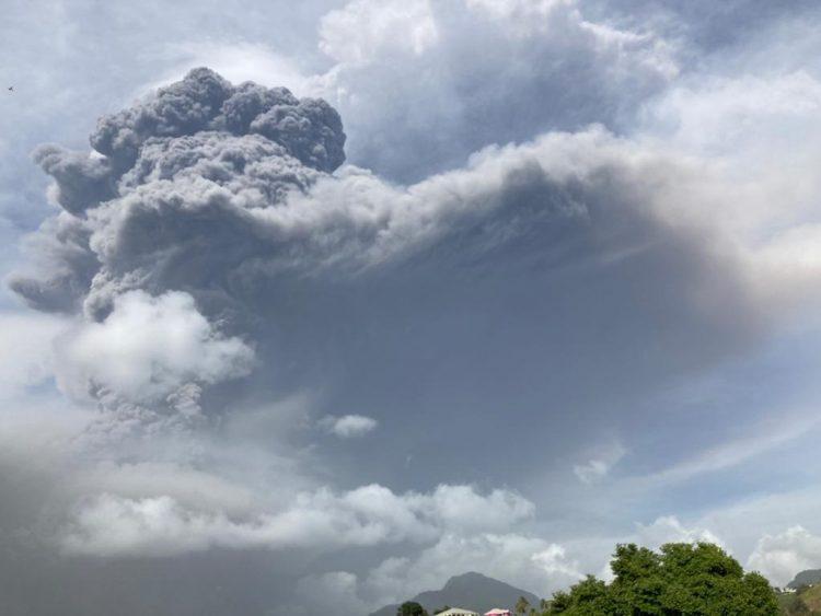 El volcán Soufriere, localizado en la isla de San Vicente, registró este viernes una segunda gran erupción que provocó una columna de humo y cenizas de cerca de 4 kilómetros de altura visible en buena parte de esa zona del Caribe, explosión que según los expertos podría volver a repetirse durante las próximas horas y días. Foto: EFE/UWI Seismic Research.