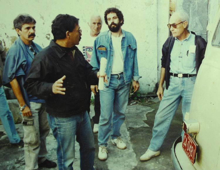 Set de Guantanamera, 1995. En primer  plano, Juan Carlos Tabío; al centro, Onelio Larralde; a la derecha, Tomás Gutiérrez Alea; al fondo el fotógrafo Hans Burman; detrás de Tabío, Manuel Jorge, escript.