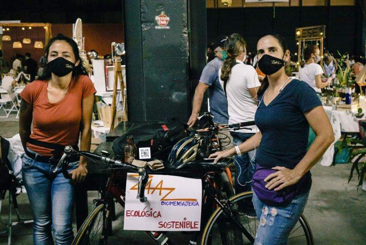 Las fundadoras de Zaaz Bicimensajería Habana en la Feria de Emprendimientos realizada en Estudio 50. Foto: Claudio Peláez Sordo.