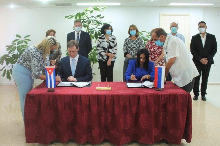 Autoridades de Salud de Cuba y Rusia suscriben el protocolo de trabajo conjunto para 2021, durante una comisión intergubernamental en La Habana, el 31 de marzo de 2021. Foto: @MINSAPCuba / Twitter.