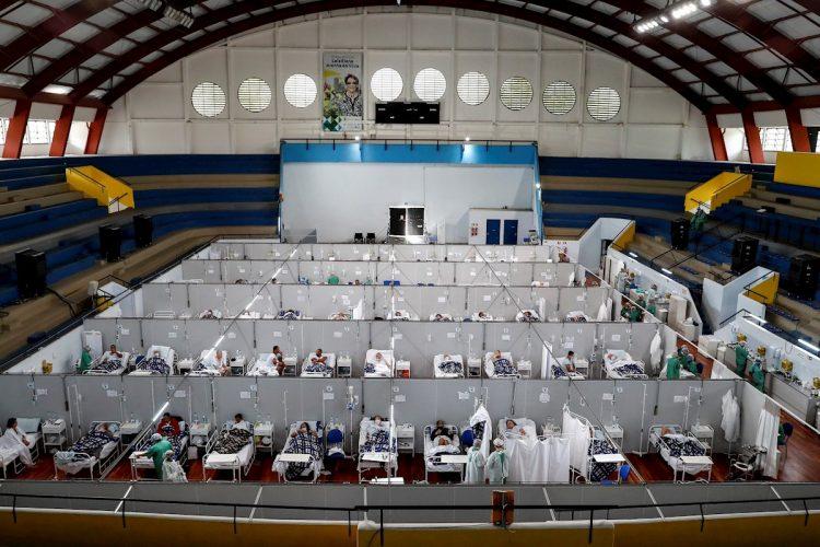 Pacientes en tratamiento por coronavirus, en el Hospital Municipal de Campaña Pedro Dell Antonia, el 15 de abril de 2021 en la ciudad de Santo André, en el estado de Sao Paulo (Brasil). Foto: Sebastiao Moreira/Efe
