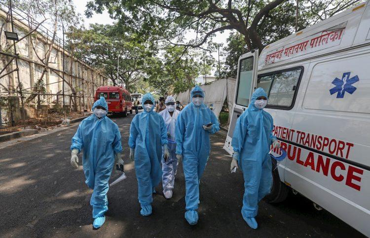 Trabajadores sanitarios de la India, en medio de la nueva ola de la COVID-19. Foto: Divyakant Solanki / EFE.