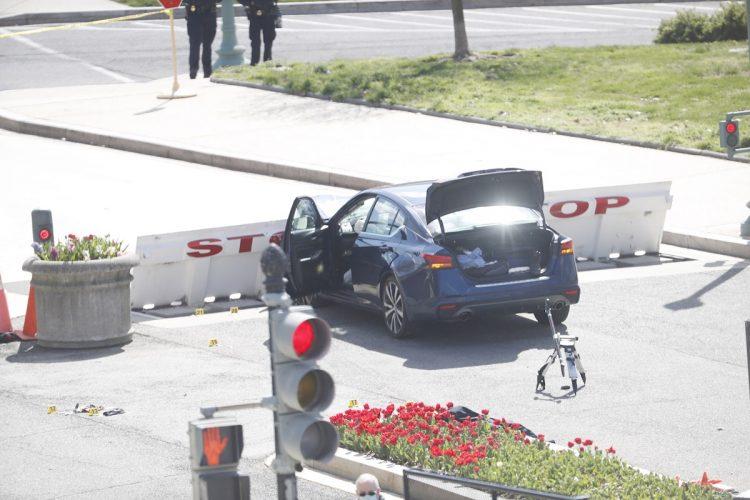 Vehículo en el cual un individuo intentó ingresar al Capitolio de Estados Unidos, en Washington DC, el 2 de abril de 2021. Foto: Sawn Thew / EFE.