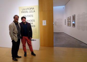"""El arquitecto Juan Luis Morales (i) y el crítico de arte y curador Iván de la Nuez (d), con su proyecto de exposición """"La utopía paralela. Ciudades soñadas en Cuba (1980-1993)"""", en el Museo de Arte Contemporáneo Es Baluard, en Palma de Mallorca, España. Foto: @esbaluardmuseu / Twitter."""