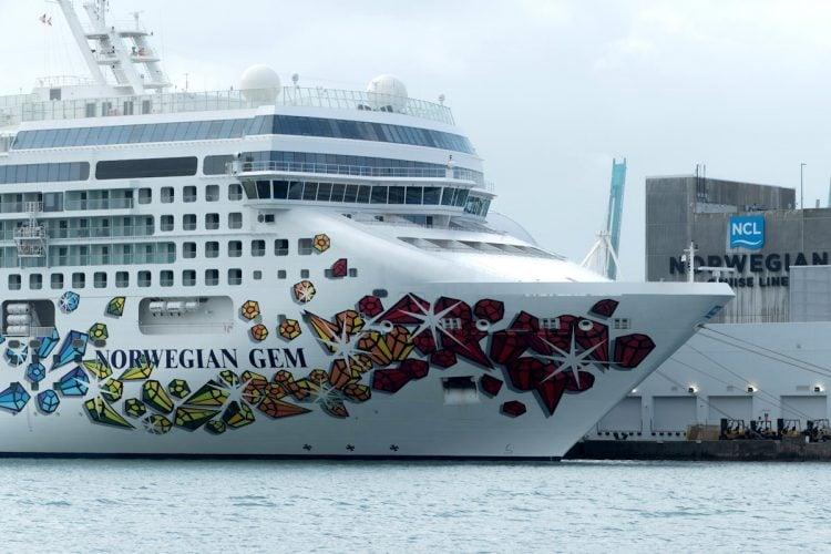 Vista de la decoración de estribor del crucero Norwegian Gem, de la compañía Norwegian Cruise, atracado el 19 de marzo de 2021 en la Bahía de Miami, Florida (EE. UU). Foto: Giorgio Viera/EFE/Archivo