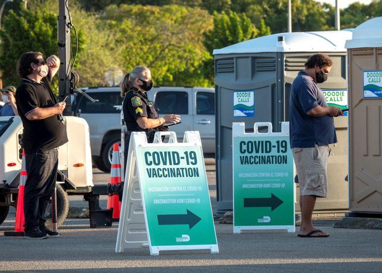 Personas hacen fila para recibir la vacuna contra la COVID-19 en el sitio de vacunación de FEMA abierto en Miami-Dade College en Miami, Florida, Estados Unidos. Foto: CRISTOBAL HERRERA-ULASHKEVICH/EFE/EPA/Archivo.