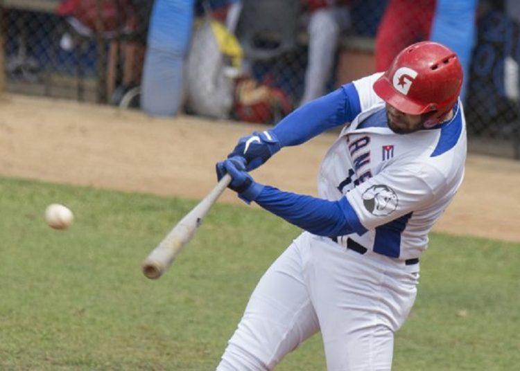 Guillermo García al bate. Foto Ismael Francisco, vía lademajagua.cu