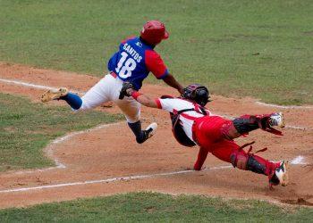 El granmense Raico Santos es puesto out en home, en el sexto partido de la final de la 60 Serie Nacional de Béisbol, entre Granma y Matanzas, el 2 de abril de 2021. Foto: Ismael Francisco / Cubadebate.