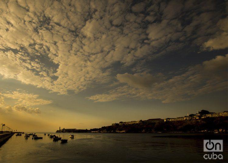 Atardecer en la bahía de La Habana. Foto: Otmaro Rodríguez.