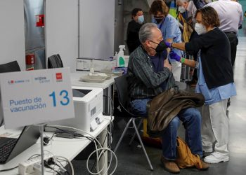 Persona recibe una dosis de la vacuna contra la COVID-19 de AstraZeneca, en Madrid. Foto: Emilio Naranjo/Efe.