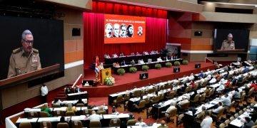 El expresidente cubano y líder del Partido Comunista de la Isla, Raúl Castro, presenta el Informe Central del 8vo Congreso de la organización política, en el Palacio de las Convenciones de La Habana, el viernes 16 de abril de 2021. Foto: @PartidoPCC / Twitter.