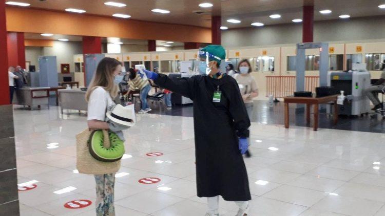 Todos los viajeros pasaron por controles sanitarios en el aeropuerto matancero antes de salir a sus respectivos destinos en Varader. Foto: Tomada del perfil de Facebook de Pedro Arturo Rizo.