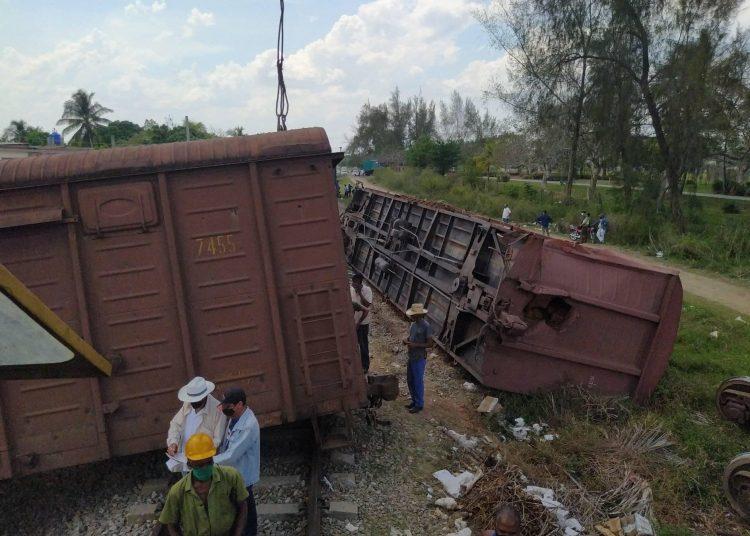 Un tren cargado de papa con destino a Holguín se descarriló en una localidad tunera, sin daños humanos ni pérdidas materiales en la comunidad donde se produjo el accidente. Foto: Tomada del Facebook de Orlando Cruz.