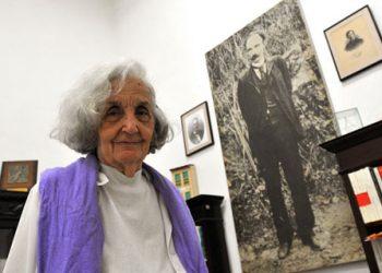 Fina García Marruz en su oficina del Centro de Estudios Martianos en el año 2011. Foto: La Jiribilla.