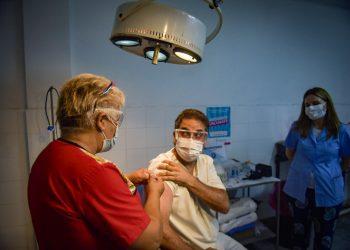 El 29 de diciembre comenzó la vacunación contra la COVID-19 en Argentina. Una mujer recibe la dosis en un vacunatorio de un hospital público de La Plata. Foto: Kaloian Santos Cabrera.