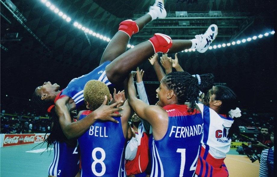Durante la década del 90 del pasado siglo, el voleibol femenino cubano prácticamente arrasó en eventos de máximo nivel. Foto: FIVB.