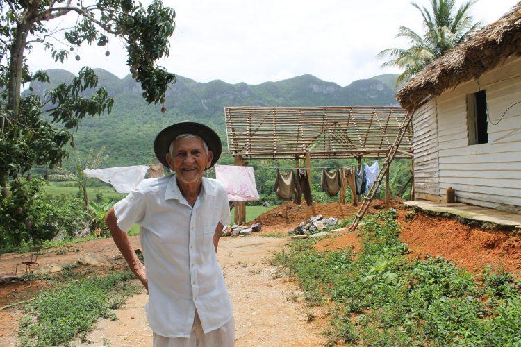Herminio, un campesino en Viñales, Pinar del Río, que en 2017 aún trabaja las tierras que le entregaron en la reforma agraria. Foto de la autora, 2017.
