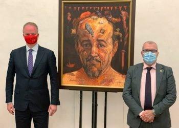 El director de la Galería de los Uffizi, Eike Schmidt (i), y el embajador de Cuba en Italia, José Carlos Rodríguez Ruiz (d), posan durante la visita del diplomático cubano a la galería, ubicada en la ciudad de Florencia, en el centro de Italia. Foto: Galería de los Uffizi / EFE.