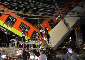 Personal de rescate, busca a heridos, al colapsar los vagones del metro en la noche del 3 de mayo de 2021, en la Ciudad de México. Foto: Sáshenka Gutiérrez / EFE.