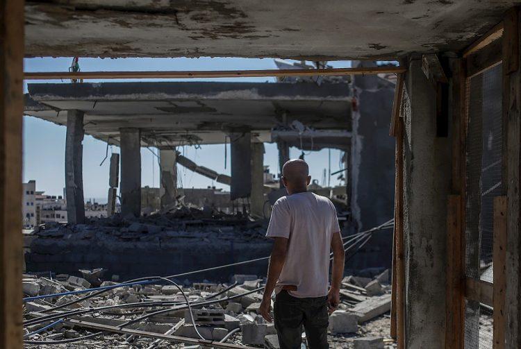 Un palestino contempla los restos de su casa, destruida por los bombardeos de Israel en Gaza, el 18 de mayo de 2021. Foto: Mohammed Saber / EFE.
