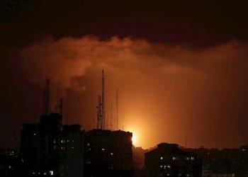 Vista de una explosión de cohetes del ataque israelí en la ciudad de Gaza, en la Franja de Gaza, en Palestina. Foto: Mohammed Saber / EFE.