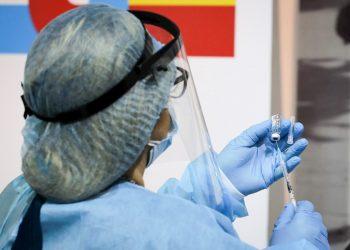 Una enfermera se prepara para aplicar una vacuna contra la COVID-19 en Perú. Foto: Raúl Martínez / EFE / Archivo.