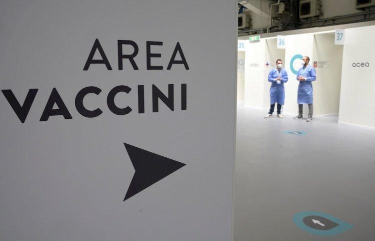 Centro de vacunación contra la COVID-19 en Italia. Foto: Claudio Peri / EFE.