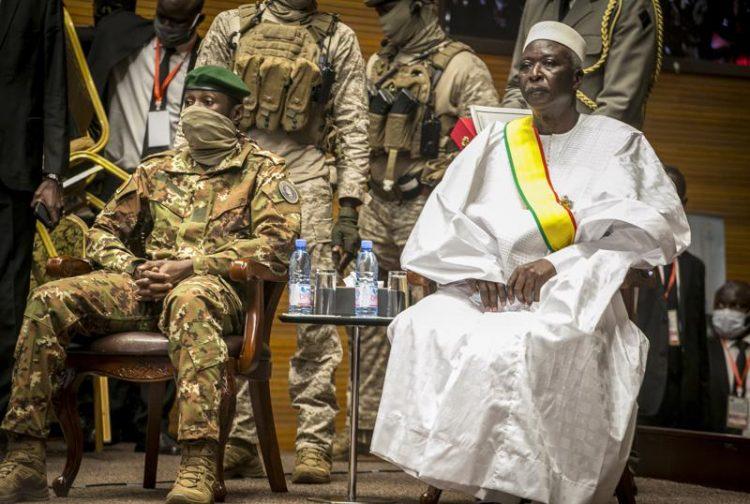 En esta fotografía de archivo aparecen coronel mayor retirado Bah N'Daw (derecha) y el coronel Assimi Goit (izquierda), ambos miembros de la Junta que organizó el golpe de Estado. Foto: AP.