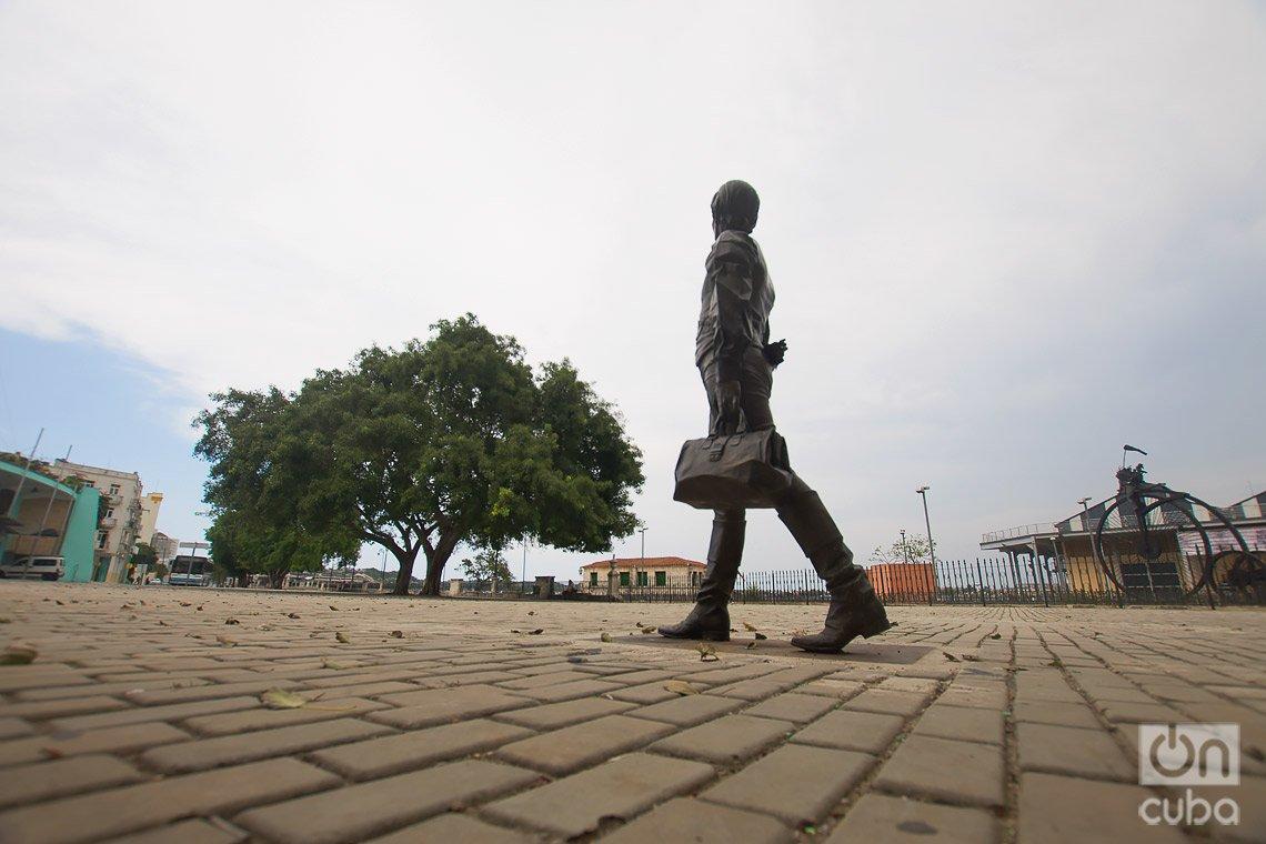Escultura de Enriqueta Favez o Faber, obra del artista José Villa Soberón, en las cercanías de la Alameda de Paula, en La Habana. Foto: Otmaro Rodríguez.