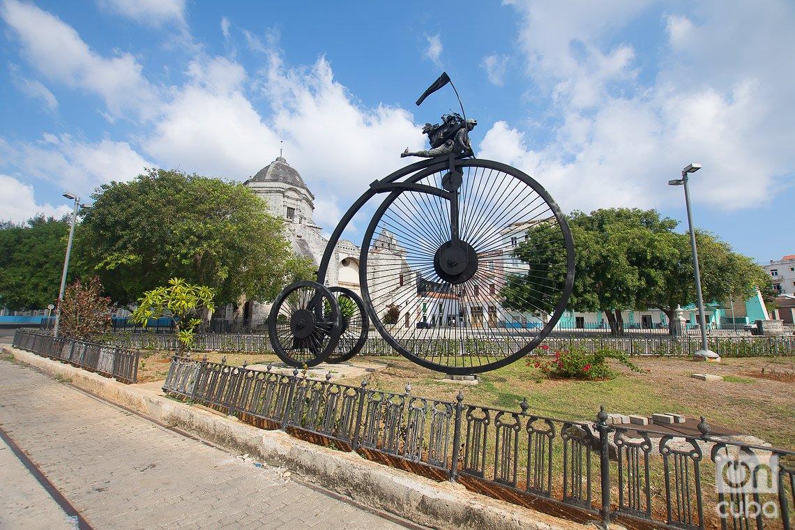"""""""Contra viento y marea"""", obra de la artista Martha Jiménez, en las cercanías de la Alameda de Paula, en La Habana. Foto. Otmaro Rodríguez."""