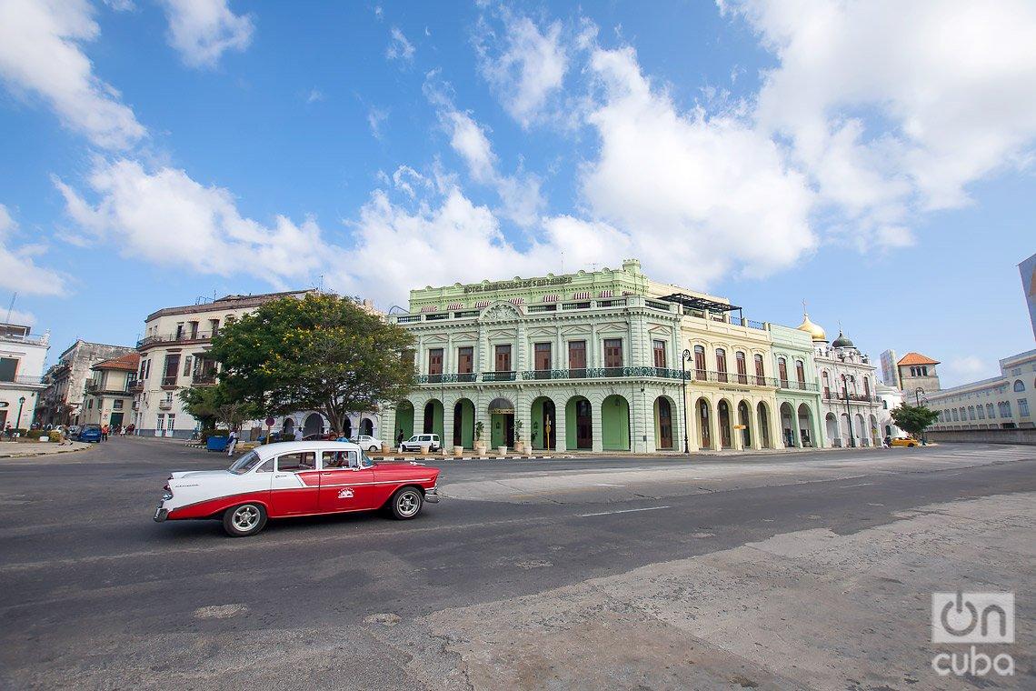 Hotel Armadores de Santander (detrás), en las cercanías de la Alameda de Paula, en La Habana. Foto: Otmaro Rodríguez.