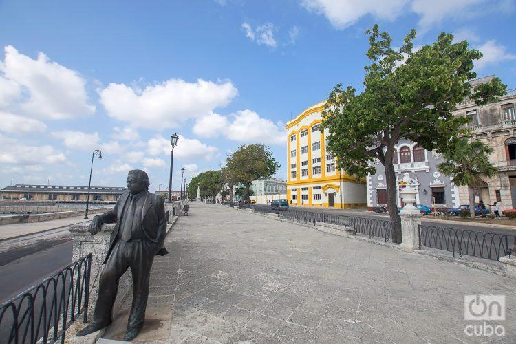 Estatua del poeta Nicolás Guillén, obra del escultor Enrique Angulo, en la Alameda de Paula, en La Habana. Foto: Otmaro Rodríguez.