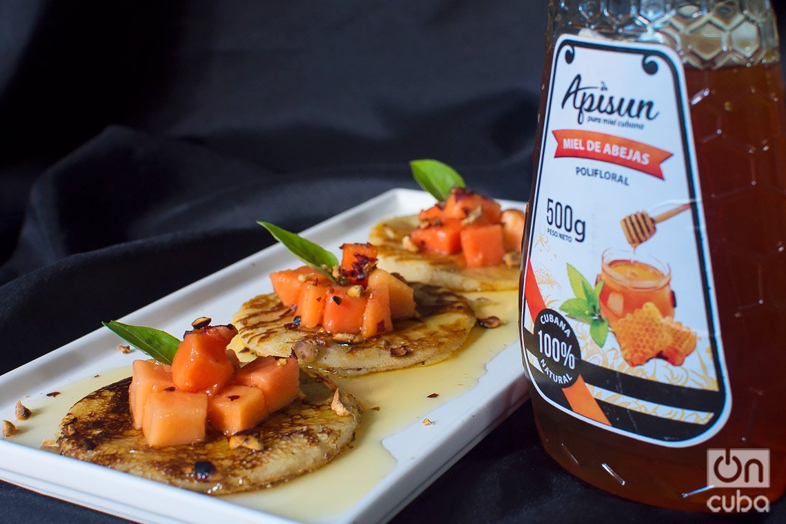 Arepas con fruta bomba y miel. Foto: Otmaro Rodríguez.