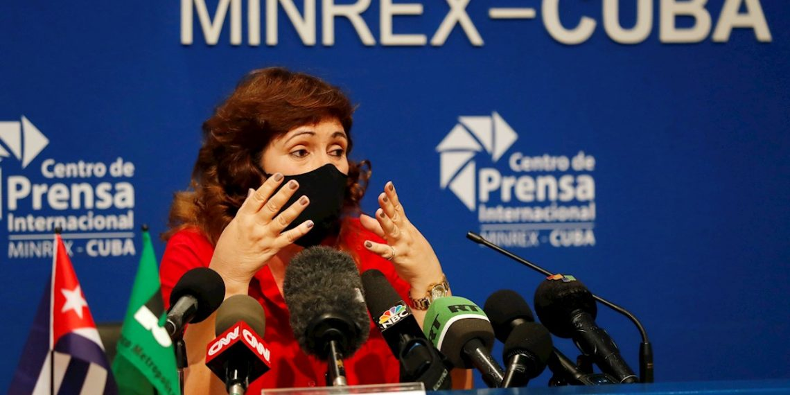 Marina Torres García, vicepresidenta del Banco Metropolitano de la capital cubana, participa en una conferencia de prensa para explicar las afectaciones del bloqueo de Estados Unidos a la su red de bancos, en La Habana, (Cuba). Foto: Ernesto Mastrascusa / EFE.