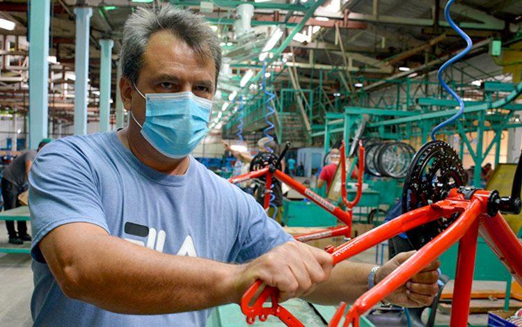 David Rodríguez, director adjunto de Ciclos Minerva, anunció que ya se ensamblan las primeras mil bicicletas, del modelo MTB 26. Foto: Vanguardia/ Ramón Barreras Valdés.