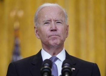 El presidente Biden hace el anuncio sobre las vacunas en el Salón Este de la Casa Blanca. Foto: Evan Vucci/AP.