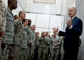 El entonces vicepresidente Joe Biden, habla a un grupo de soldados durante una visita a Iraq en el 2011. | Foto: Departamento de Defensa (Archivo)