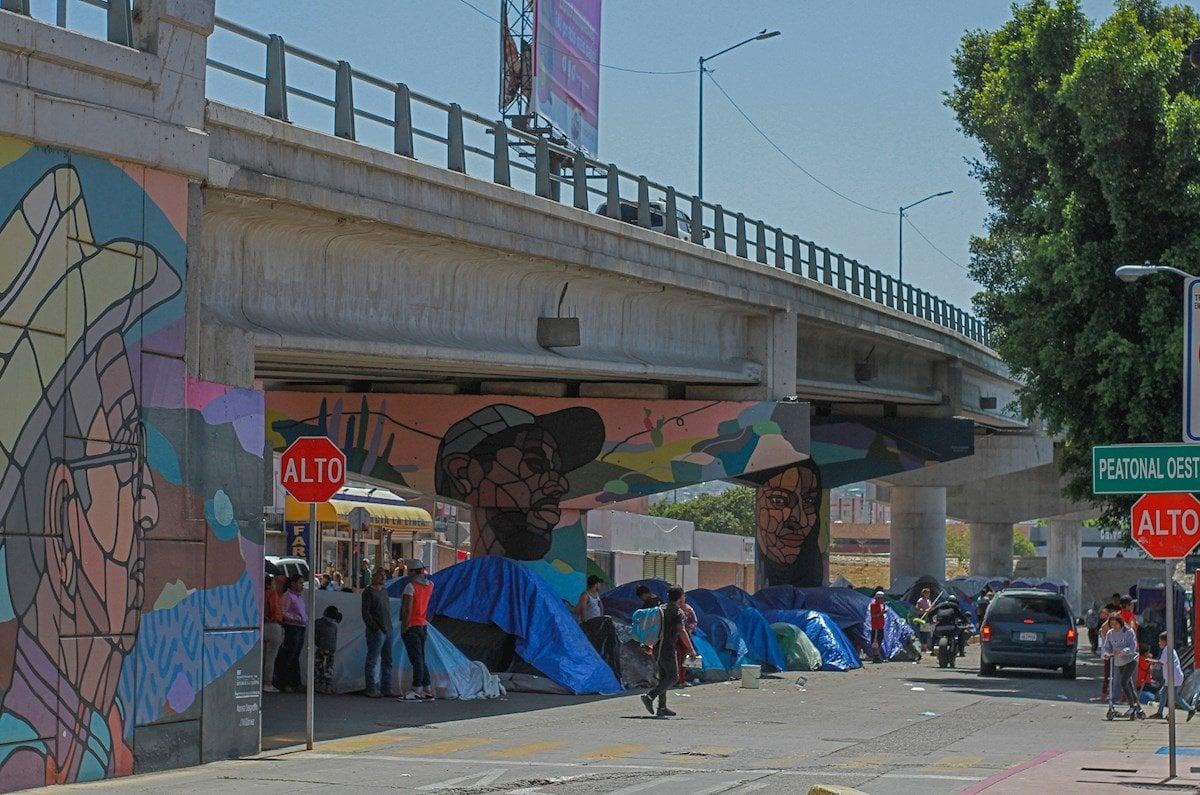 Fotografía de un campamento de migrantes bajo un puente vehicular el 4 de mayo de 2021, cerca a la plaza cívica de la Garita el Chaparral, en Tijuana, estado de Baja California (México). Foto: EFE/ Joebeth Terriquez.