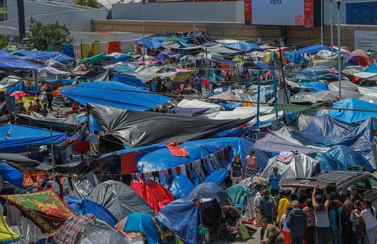 Fotografía de un campamento de migrantes el 4 de mayo de 2021 en la plaza cívica de la Garita el Chaparral, en Tijuana, estado de Baja California (México). Foto: EFE/ Joebeth Terriquez.