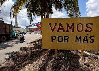 Vista de un cartel que incentiva a los cubanos a producir más azúcar, cerca a la entrada del Central Azucarero Boris Luis Santa Coloma, que permanece en paro de su producción. Foto: EFE/Ernesto Mastrascusa/Archivo.