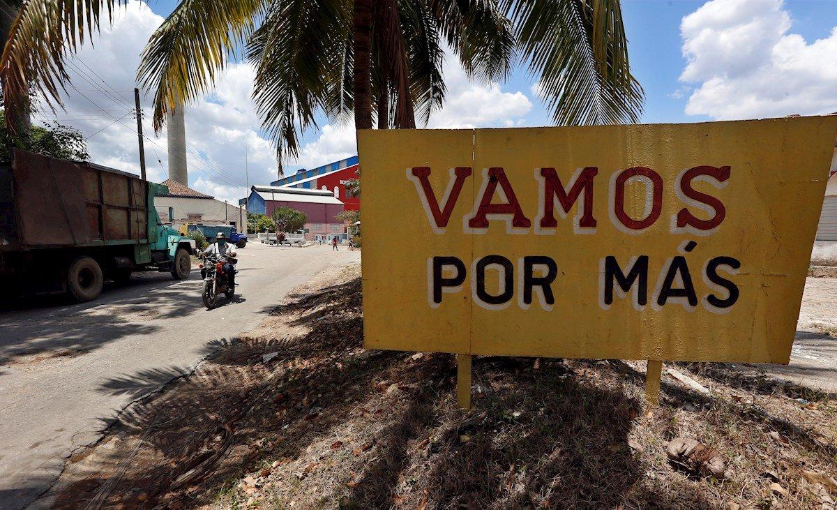 Vista de un cartel que incentiva a los cubanos a producir más azúcar, cerca a la entrada del Central Azucarero Boris Luis Santa Coloma, que permanece en paro de su producción, el 29 de abril de 2021 en Madruga, Mayabeque (Cuba). Foto: EFE/Ernesto Mastrascusa.