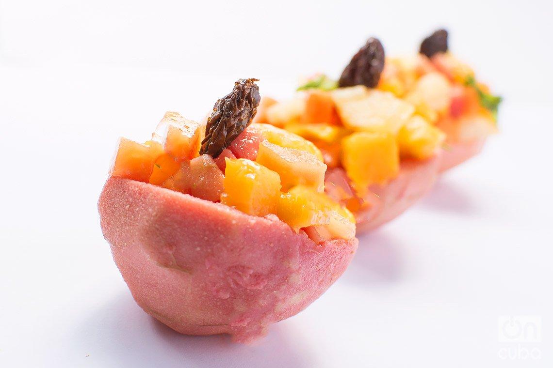 Cascos de guayaba rellenos con frutas. Foto: Otmaro Rodríguez.