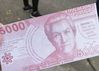Foto tomada por la autora durante las movilizaciones del estallido social en noviembre 2019. Se muestra un billete que fue usado como crítica al mercado de la educación y como  reivindicación por el derecho a la misma, resignificando el billete chileno de 5000 pesos con la imagen de Gabriela Mistral.