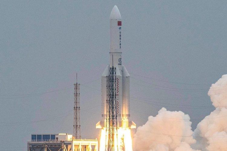 El cohete Long March 5B despegando del Centro de Lanzamiento Espacial Wenchang en la provincia de Hainan, en el sur de China. Foto: Japan Times.