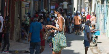 Personas en una calle de La Habana, durante el actual rebrote de la COVID-19. Foto: Otmaro Rodríguez.