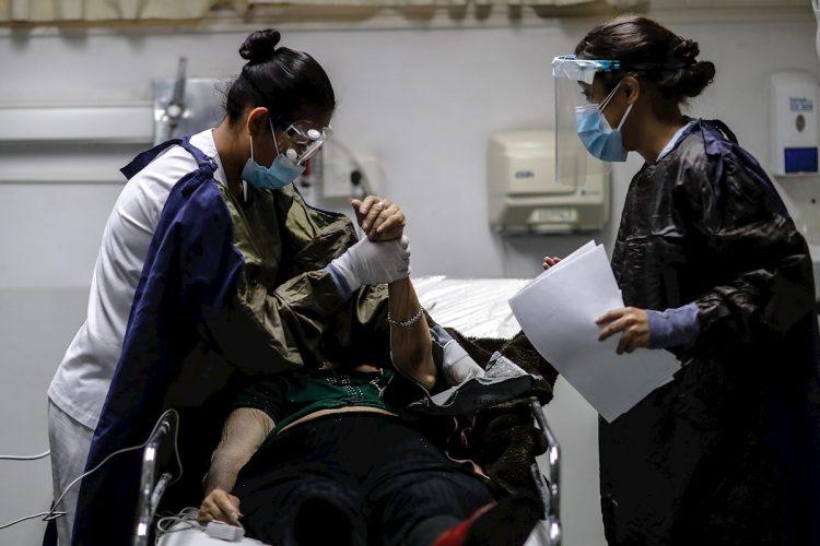 Personal medico realiza controles a sus pacientes en una Unidad de Cuidados Intensivos en un hospital de Buenos Aires. Foto:EFE/Juan Ignacio Roncoroni/Archivo.