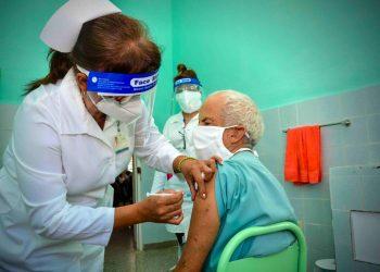 Intervención sanitaria con el candidato vacunal anticovid Abdala, en Cuba. Foto: Juan Pablo Carreras / ACN.