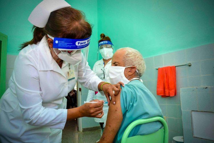Aplicación de una dosis de una vacuna anticovid en Cuba. Foto: Juan Pablo Carreras / ACN.
