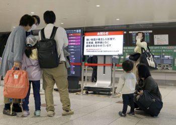 Personas esperando fuera de  la estación JR Sendai después de que un terremoto sacudiera el área deteniendo las líneas del tren bala. Foto:  KYODO.