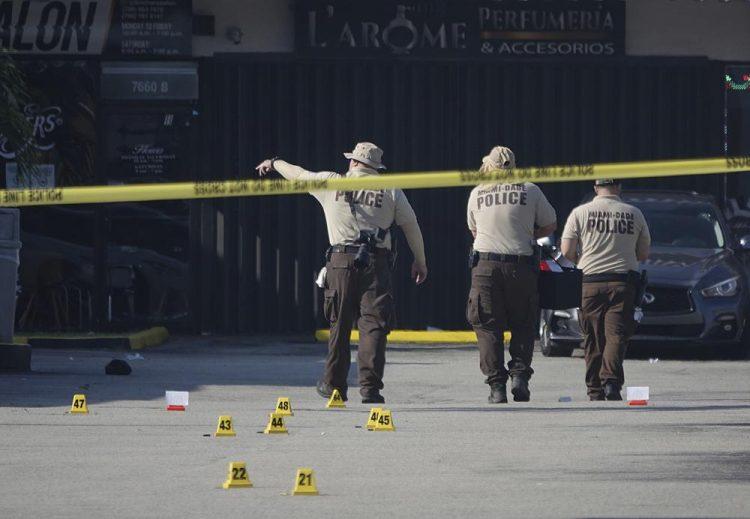 La policía de Miami-Dade trabaja en la escena de un tiroteo en las afueras de un salón de banquetes cerca de Hialeah el domingo 30 de mayo de 2021. Foto:Joe Cavaretta / AP.